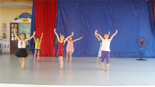 bé tập múa