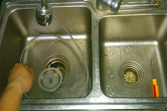 tắc nghẽn chậu rửa bát gây mất vệ sinh